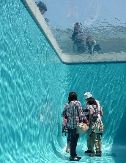 девушки гуляют у бассейна
